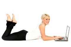 Mujer que usa la computadora portátil Foto de archivo libre de regalías