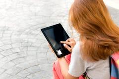 Mujer que usa la información del hallazgo de la tableta Fotografía de archivo libre de regalías