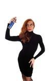 Mujer que usa la laca para el pelo Foto de archivo libre de regalías