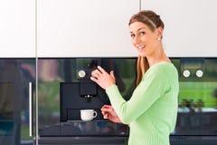 Mujer que usa la máquina completamente automática del café foto de archivo libre de regalías