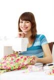 Mujer que usa la máquina de coser fotografía de archivo libre de regalías