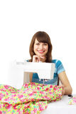 Mujer que usa la máquina de coser Foto de archivo libre de regalías