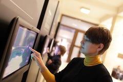 Mujer que usa la pantalla táctil Imágenes de archivo libres de regalías