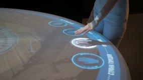 Mujer que usa la pantalla táctil interactiva sin tecnología de control de tacto almacen de video