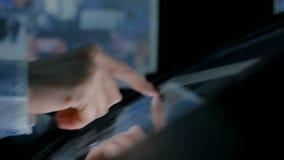 Mujer que usa la pantalla t?ctil interactiva en el museo de la historia moderna metrajes