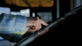 Mujer que usa la pantalla t?ctil interactiva en el museo de la historia moderna almacen de video