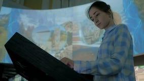 Mujer que usa la pantalla t?ctil interactiva en el museo de la historia moderna almacen de metraje de vídeo