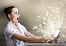 Mujer que usa la PC de la tablilla Fotografía de archivo libre de regalías