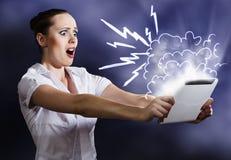 Mujer que usa la PC de la tablilla Foto de archivo libre de regalías