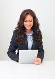 Mujer que usa la PC de la tablilla Foto de archivo
