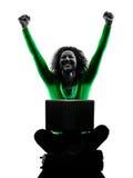 Mujer que usa la silueta de los ordenadores portátiles aislada imágenes de archivo libres de regalías