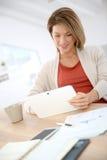 Mujer que usa la tableta Fotografía de archivo