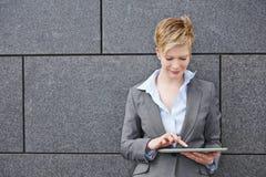 Mujer que usa la tableta al aire libre imágenes de archivo libres de regalías