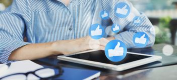 Mujer que usa la tableta con los iconos sociales de la notificaci?n de los medios foto de archivo libre de regalías