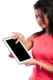 Mujer que usa la tableta de la PC con la pantalla vacía en blanco Imagenes de archivo
