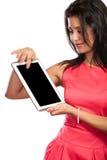 Mujer que usa la tableta de la PC con la pantalla vacía en blanco Foto de archivo libre de regalías