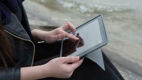 Mujer que usa la tableta digital metrajes