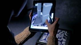Mujer que usa la tableta digital con el app aumentado arquitectura de la realidad almacen de video