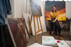 Mujer que usa la tableta digital en clase de dibujo Imágenes de archivo libres de regalías