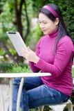 Mujer que usa la tablilla imagen de archivo libre de regalías