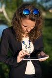 Mujer que usa la tablilla digital Fotografía de archivo libre de regalías