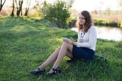 Mujer que usa la tablilla digital Fotos de archivo libres de regalías