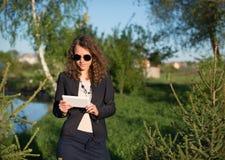 Mujer que usa la tablilla digital Imagenes de archivo