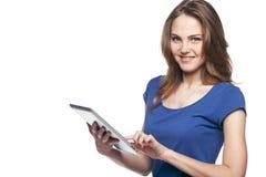Mujer que usa la tablilla digital Fotos de archivo