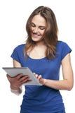 Mujer que usa la tablilla digital Fotografía de archivo