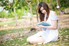 Mujer que usa la tablilla digital al aire libre Imagen de archivo libre de regalías