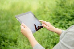 Mujer que usa la tablilla digital de Apple Ipad Foto de archivo libre de regalías