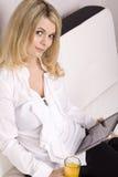 Mujer que usa la tablilla electrónica Imágenes de archivo libres de regalías