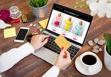Mujer que usa la tarjeta de crédito mientras que hace compras en línea Fotos de archivo libres de regalías