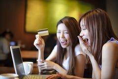 Mujer que usa la tarjeta de crédito y el ordenador portátil para las compras en línea Imágenes de archivo libres de regalías