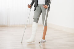 Mujer que usa las muletas mientras que camina fotos de archivo libres de regalías