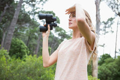 Mujer que usa los prismáticos Fotos de archivo libres de regalías