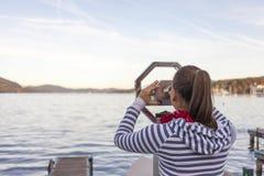 Mujer que usa los prismáticos de fichas Fotos de archivo libres de regalías