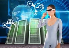 Mujer que usa los vidrios de la realidad virtual contra sistemas del servidor en fondo Imagen de archivo libre de regalías