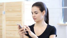 Mujer que usa smartphone almacen de metraje de vídeo