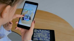 Mujer que usa smartphone con el app aumentado arquitectónico de la realidad almacen de video