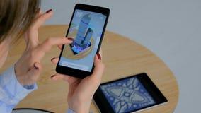 Mujer que usa smartphone con el app aumentado arquitect?nico de la realidad almacen de video