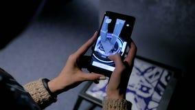 Mujer que usa smartphone con el app aumentado arquitectura de la realidad almacen de video