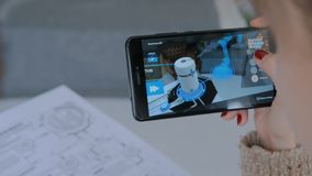 Mujer que usa smartphone con la realidad aumentada app almacen de metraje de vídeo