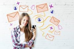 Mujer que usa smartphone con la red del correo electrónico Imagen de archivo