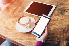 Mujer que usa smartphone en cafetería Foto de archivo libre de regalías