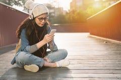 Mujer que usa smartphone en la ciudad Foto de archivo