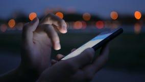 Mujer que usa smartphone en la ciudad metrajes