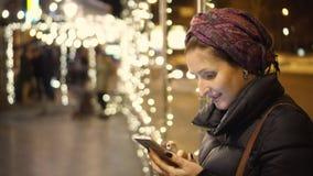 Mujer que usa smartphone en la ciudad almacen de video