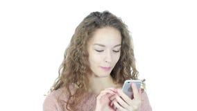 Mujer que usa Smartphone, fondo blanco, jóvenes, almacen de video