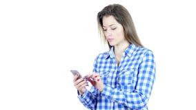 Mujer que usa Smartphone, fondo blanco, jóvenes,